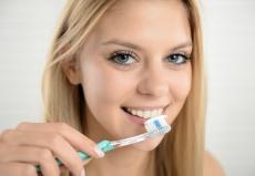 Richtig Zähneputzen: Fünf Tipps für die Zahnpflege zu Hause