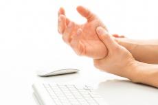 Wenn die Hand nachts schmerzt: Symptome & Behandlung des Karpaltunnelsyndroms