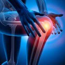 Kniegelenksschmerzen ganzheitlich betrachten: Ursachen & Behandlung