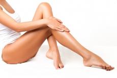 Schlanke Beine: So läuft die Fettabsaugung an Waden und Knie ab