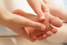 Was hilft bei Hallux valgus? Ursache & Therapie der Schmerzen am Ballen
