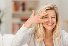 Krähenfüße: Behandlung mit Botox oder Hyaluronsäure?