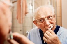 So funktioniert eine einfache, aber effektive Zahnpflege im Alter