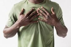 Was hilft bei Gynäkomastie (Männerbrüsten)? Ursachen, Behandlung, Risiken & Training