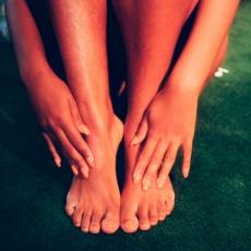 Wenn der Fuß im X steht: Symptome, Ursachen & Therapiemöglichkeiten des Knicksenkfußes