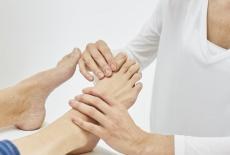 Wenn die Großzehe schief steht: Ursachen, Symptome & Behandlung des Hallux valgus