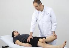 © Sitzt die Prothese locker, klagen Betroffene oft über Hüftschmerzen.