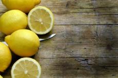 Zitronensaft am Morgen: So wirkt er sich auf Körper und Zähne aus