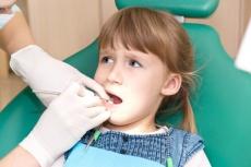 4 Ursachen von Mundgeruch bei Kindern: Behandlung & Vorsorge