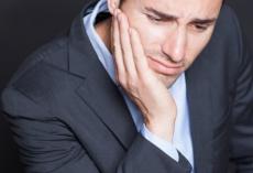 CMD ist u.A. mit unangenehmen Kieferschmerzen verbunden.